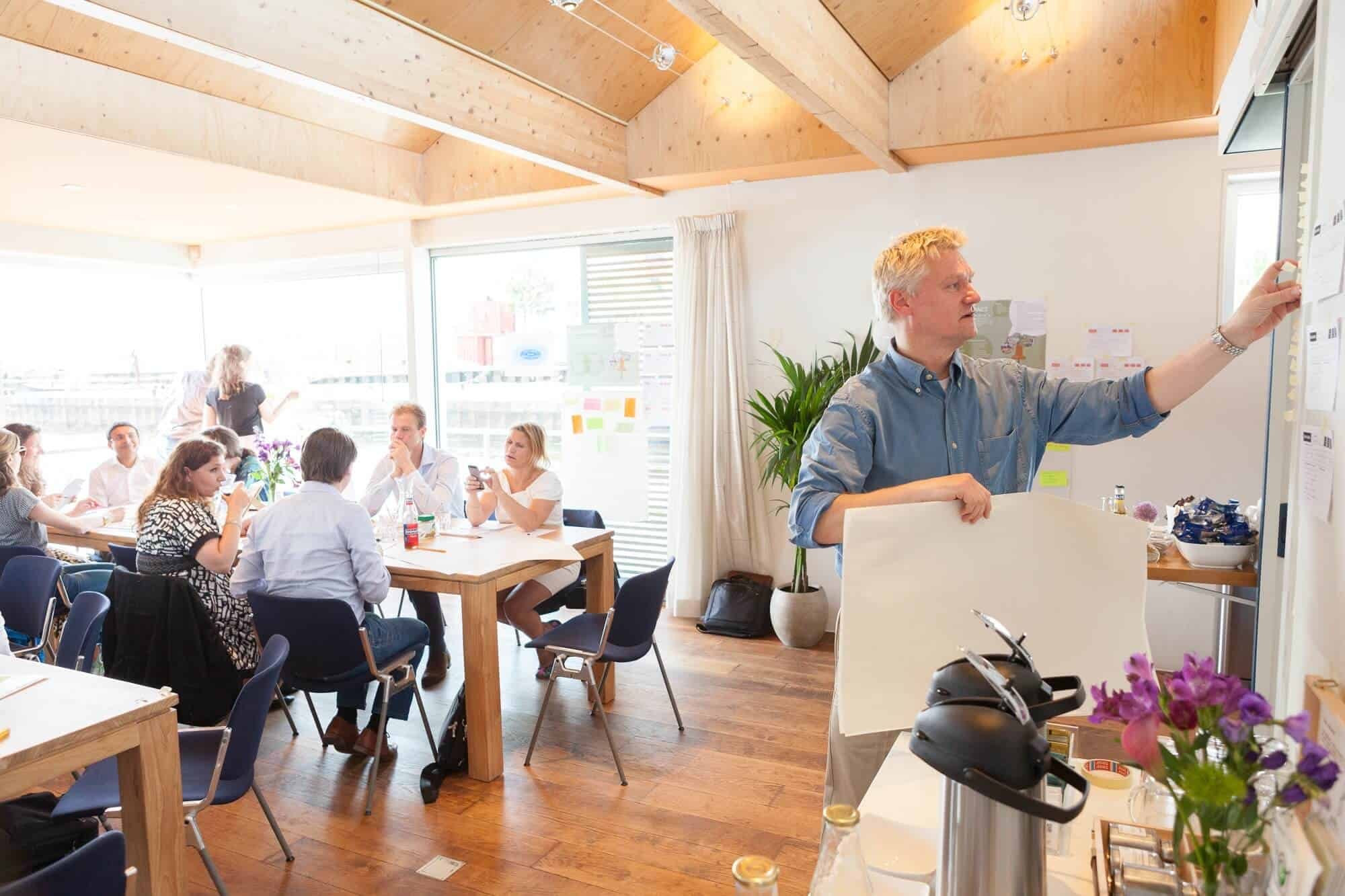 Catering tijdens vergadering op vergaderlocatie geWoonboot Amsterdam NDSM